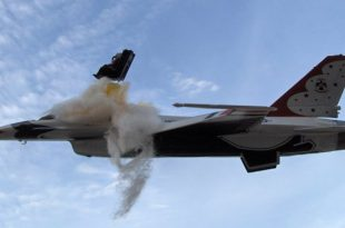 Videos of Thunderbird F-16 fighter jet Crash at Airshows while performing Reverse Half Cuban Eight maneuver