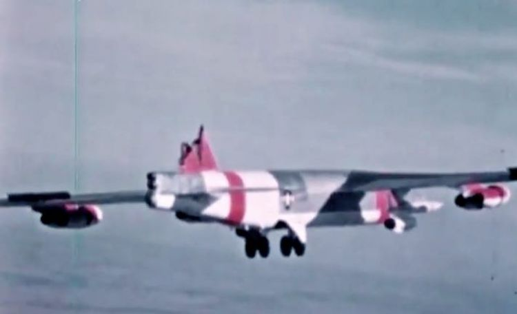 Video Footage of a B-52 Stratofortress Landed Without a Tail Fin -Flying Without a Tail