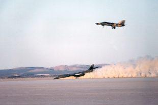 Video shows B-1B LANCER crash landing without nose gear on Dry Lake at Edwards AFB