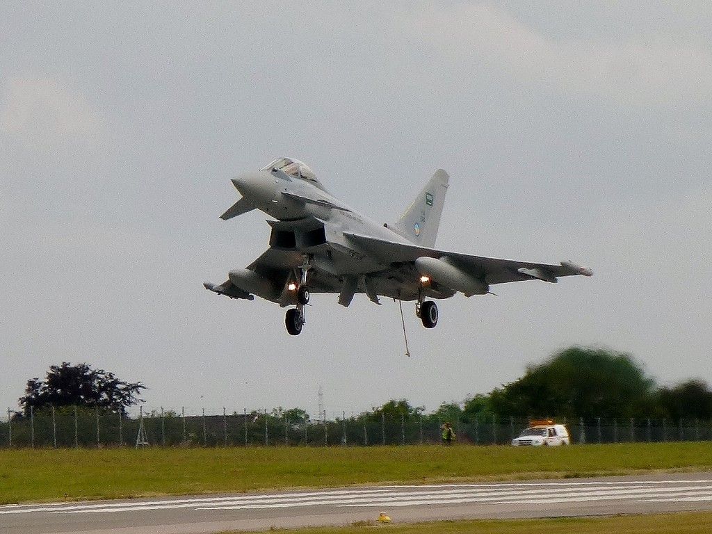 Video of Eurofighter Typhoon emergency landing and using the tail hook system a