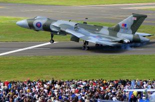 Avro Vulcan XH558 amazing Takeoff & Landing