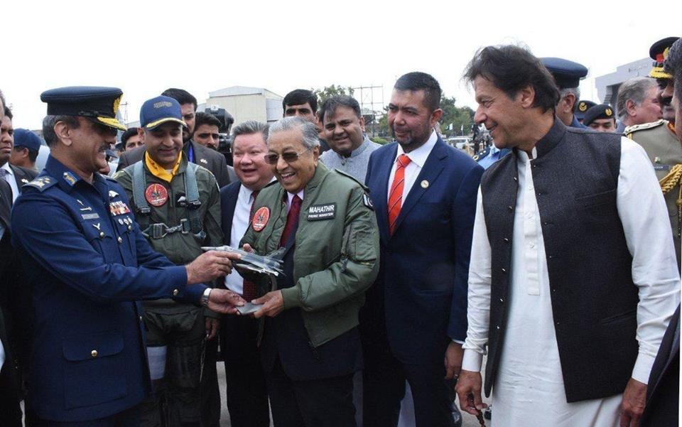 Prime Minister Mahatir Muhammad receives a model of the JF-17 Thunder fighter during a briefing conducted for him. Pakistan is offering the JF-17 Thunder fighter for the Malaysian Air Force requirements.
