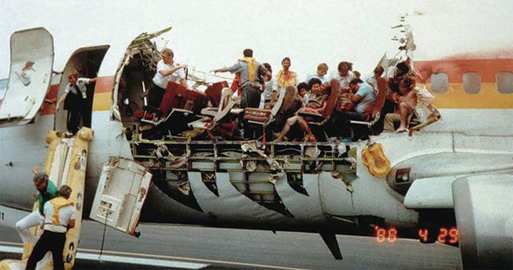 How heroic Aloha Airlines Flight 243 pilots Managed to Land Boeing 737-297 that Lost Its Roof at 24,000 Feet