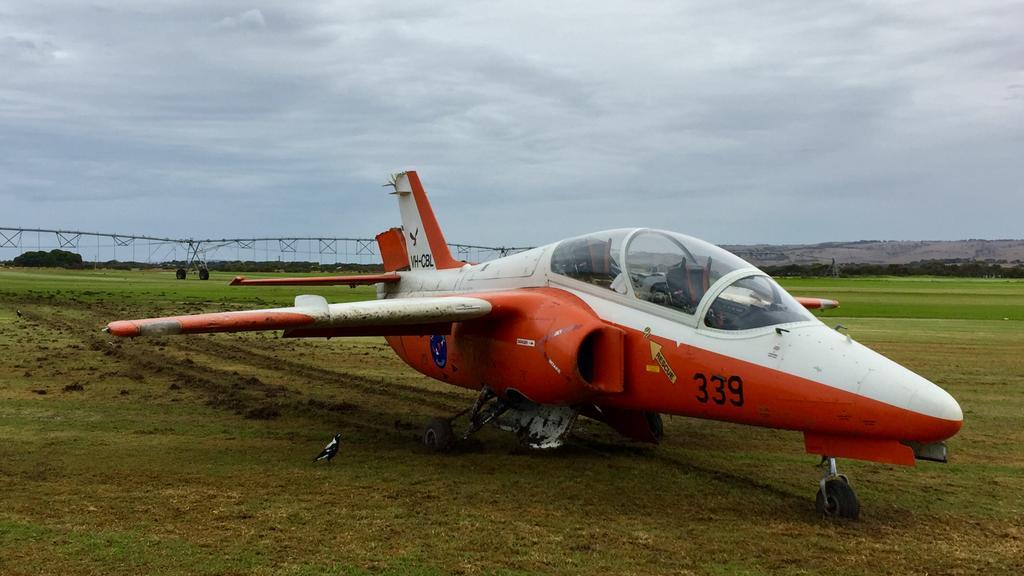 Pilots crash landed trainer jet in Goolwa paddock after engine failure