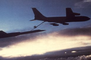 SR-71 Pilot explains why the Blackbird had to refuel after takeoff